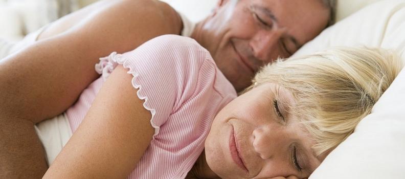 Conheça as vantagens e desvantagens de 6 posições para dormir
